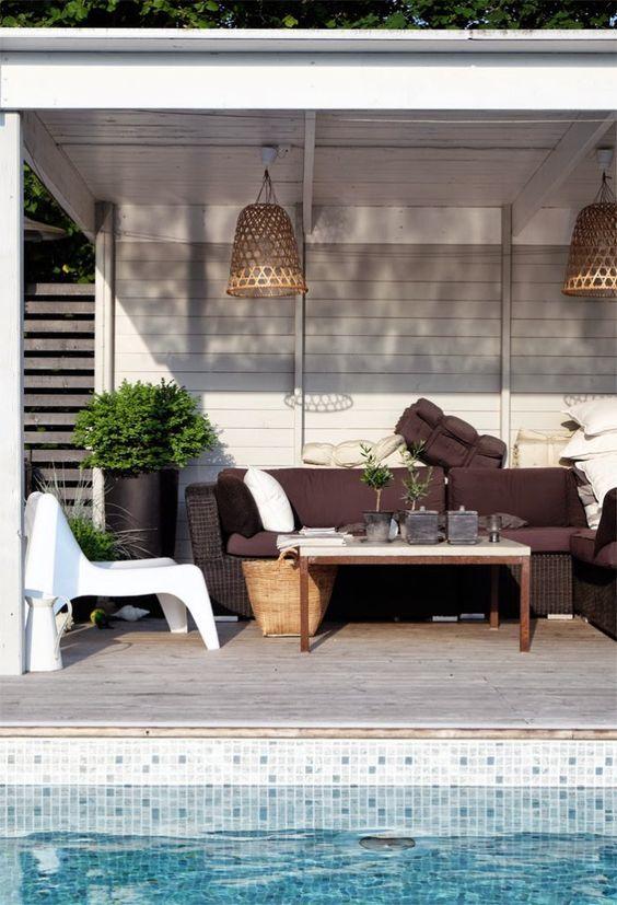 Det här underbara poolhuset är det bästa stället att hänga en varm sommardag. Grönt, skönt avslappnat och fyllt av inspirerande inredningsdetaljer. Här hittar vi en skön blandning av egentillverkade möbler, som det snygga betongbordet tillsammansmed IKEAs klassiker, den vita Vågö-fåtöljen, signerad Thomas Sandell och små olivträd som...  Read more: