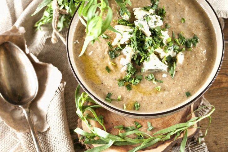 """Altijd goed, deze champignonsoep! Dit recept is van het heerlijke Vlaamse programma """"Dagelijkse Kost"""". Neem een ruime mengschaal, doe er het warm water in en week er de gedroogde paddenstoelen in. Het eekhoorntjesbrood zal z'n smaak afgeven en het water in een bouillon veranderen. Pel de uien en snijd ze in grove stukken. Verhit een …"""