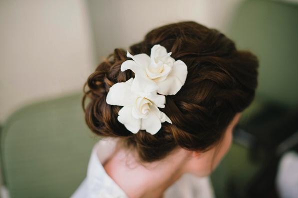 Capelli raccolti con fiori bianchi: guarda qui tante altre acconciature raccolte >> http://www.lemienozze.it/gallerie/foto-acconciature-sposa/acconciature-capelli-raccolti/
