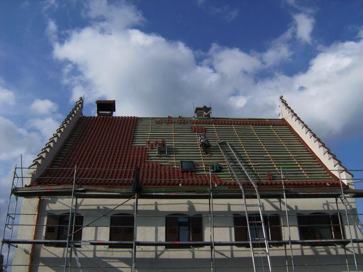 Ein Steildach wird eingedeckt von der J. Clauss GmbH Bedachungen in München (80634)   Dachdecker.com