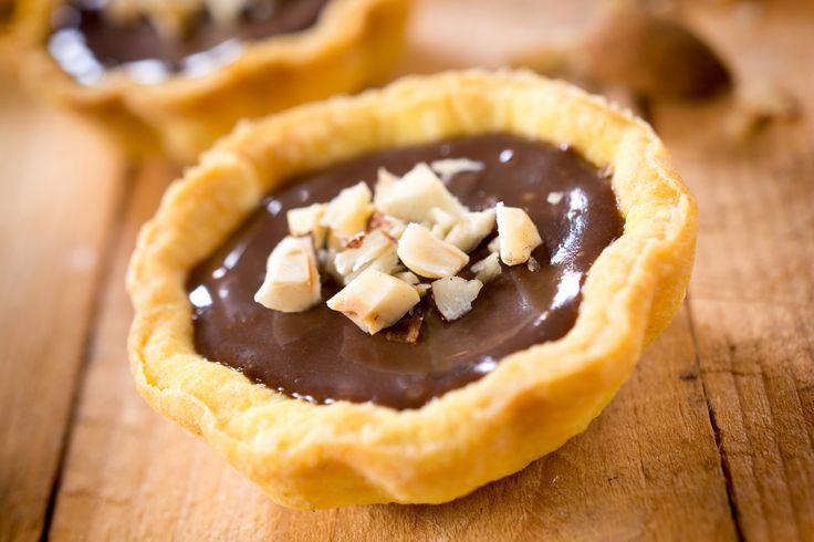 <p>Mamy doskonały przepis na kruche tartaletki z kremem czekoladowym. Zawsze się udają! Twoi bliscy pokochają słodkie mini tarty. Zobacz nasz przepis na kruche ciasto.</p>