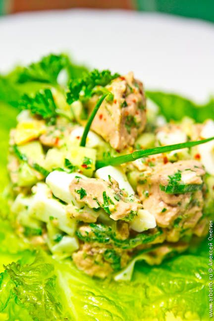 Печень трески - вкусная, нежная, деликатная, эдакая морская фуа-гра, к тому же мегаполезная. Салат из печени трески - наиболее очевидный вариант ее подачи.