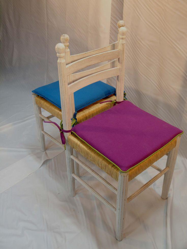 Sedie restaurate, reinterpretate con finitura decappata e vivacissimi cuscini in tessuto colorato