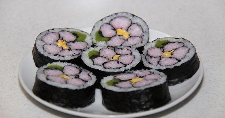手順を守れば簡単にきれいな巻き寿司が作れます。巻き方を変えてかわいいキャラ巻きも! 運動会や行楽のお弁当にもどうぞ♪