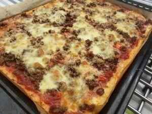 Het leuke van het Broodbuik eten is dat er nog vanalles mogelijk is, alleen met andere ingrediënten. Zo ook pizza. Natuurlijk niet met de traditionele bodem, maar nu een van bloemkool of broccoli. Het wordt geen stevig geheel, dus pizza met je handen eten is verleden tijd, maar de smaak en de eetbeleving blijft. En net als met gewone pizza kun je oneindig veel variaties maken. Glutenvrij - granenvrij- Broodbuik - suikervrij