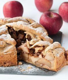 Ζύμη  300 γρ. χυμός πορτοκαλιού, φρεσκοστυμμένος 115 γρ. καλαμποκέλαιο 115 γρ. ελαιόλαδο 600 γρ. αλεύρι για όλες τις χρήσεις 2 κ.γ.μπέικιν πάουντερ ½ κ.γ.κανέλα  Μήλα  1 κιλό μήλα, καθαρισμένα και κομμένα στα 8 100 γρ. σταφίδες 100 γρ. καρύδια 50 γρ. ζάχαρη μαύρη ½ κ.γ.κανέλα