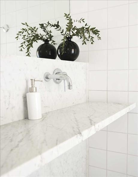 Hans lättstädade och praktiska badrum, helt klätt i marmor, är ritat av arkitekten Per Söderberg. Som handfat används en snedställd skiva carraramarmor från Stenfirma Bror Törner. Vattnet rinner ner på ena sidan och letar sig fram till golvbrunnen. Blandare Fantini från Yroxxo.