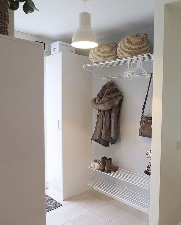 What to do when you are limited with a small entrance? Mount the storage solutions on the wall, just as @nicnorsinterior has done! Our hat and shoe racks are available in both black and white, two sizes - 60 and 99 cm ✨