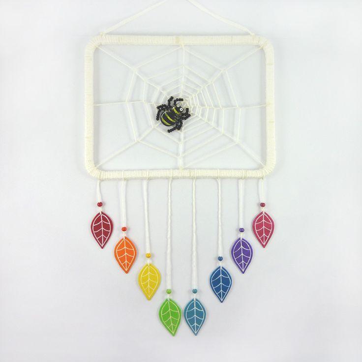 Attrape-rêves rectangulaire en matériaux recyclés : Toile d'araignée blanche et feuilles arc-en-ciel : rouge, orange, jaune, vert, turquoise, bleu - par Savousepate