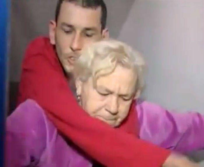 Una madre de 60 años con artrosis carga a hombros con su hijo con parálisis y distrofia para salir de su casa en un tercer piso http://www.eldiariohoy.es/2017/06/una-madre-de-60-anos-con-artrosis-carga-a-hombros-con-su-hijo-con-paralisis-y-distrofia-para-salir-de-su-casa-en-un-tercer-piso.html?utm_source=_ob_share&utm_medium=_ob_twitter&utm_campaign=_ob_sharebar #justicia #politica #españa #gente #denuncia #corrupcion #pp #rajoy #injusticia #protesta #actualidad #discapacidad