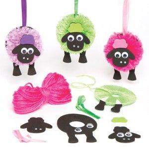 Superflauschige Schäfchen# Pompon-Schaf-Anhänger für Kinder zum Basteln – einfach den Pompon basteln, die Zierelemente aus Moosgummi anbringen und an dem Band aufhängen# 3 verschiedene Designs# Größe: 9 cm# Ab 5 Jahren