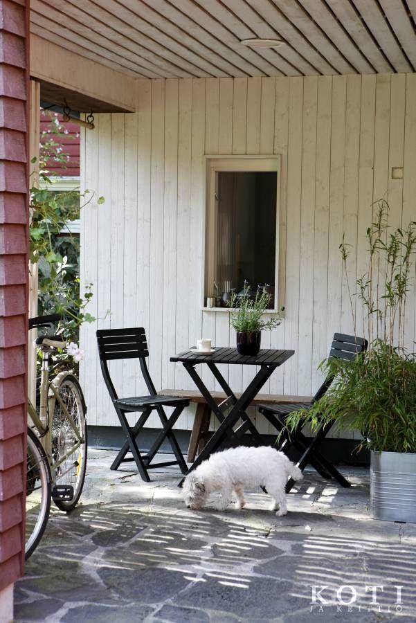 Aurinko osuu kesällä terassille aamukahvien aikaan.   Koti pähkinässä   Koti ja keittiö   Kuva Jaanis Kerkis