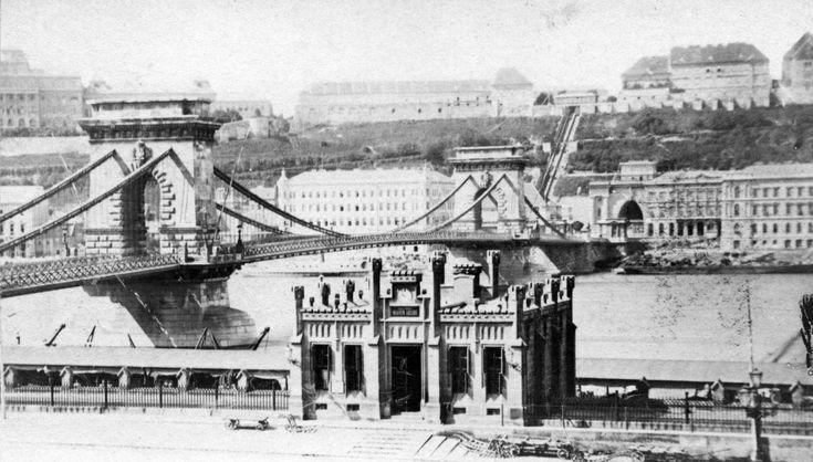 Teherhajó kikötő vámhivatali épülete a Lánchíd pesti hídfője mellett. A felvétel 1873 körül készült.