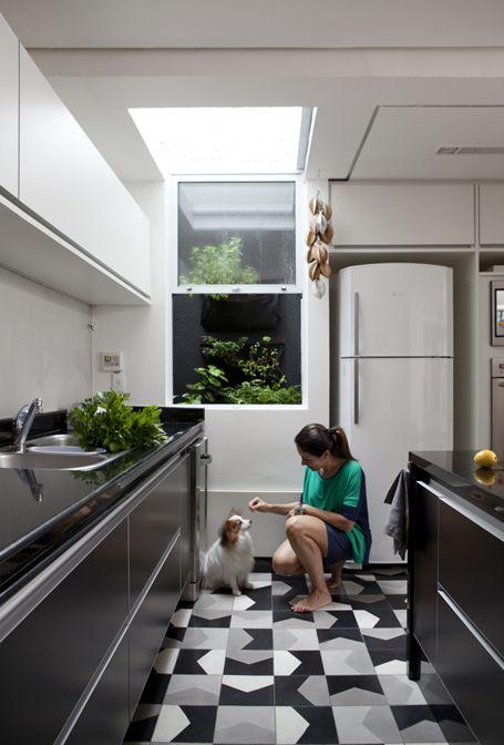 Cozinha preta e branca | Casa em Itaim | Consuelo Jorge Arquitetos