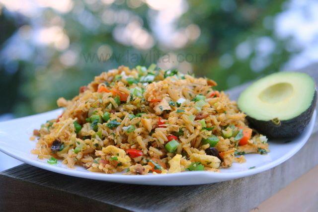 El chaulafan de pollo la versión ecuatoriana del arroz frito chino preparado pollo, tocino, cebolla, ajo, pimientos, arvejas, zanahorias, huevos revueltos, pasas, especias y hierbas.