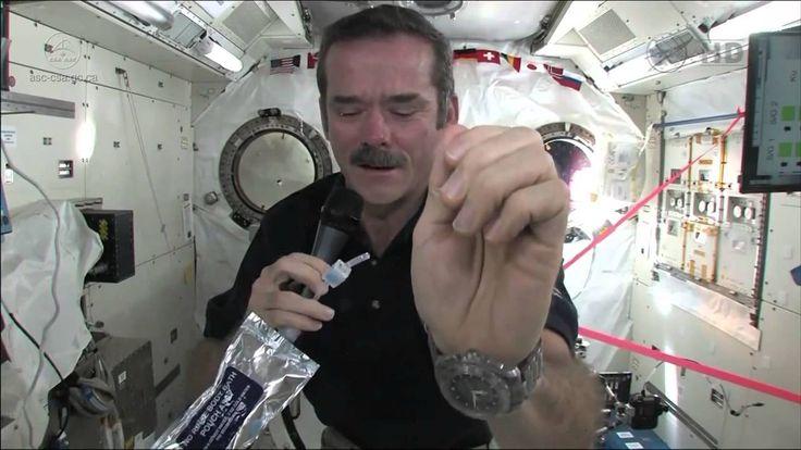 Czy zastanawialiście się, w jaki sposób astronauci w kosmosie myją ręce? Jeżeli tak, to mamy dla Was odpowiedź! :D