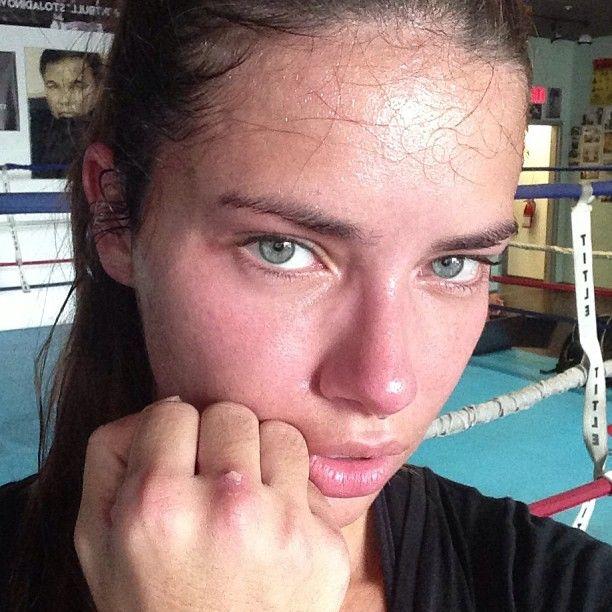 Adriana Lima echa bolsa entrenando como dios manda