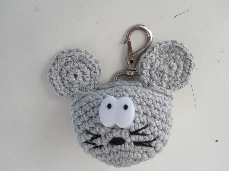 Betuttet mus. Puzzled mouse. Keyhanger