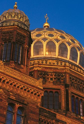✮ Neue Synagoge - Berlin's largest synagogue, built originally in 1859–66, was demolished in World War II but completely reconstructed in 1988–95.