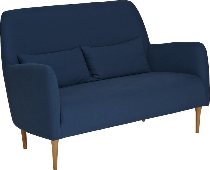 Daborn sofa. Fåes i flere farger og med sorte ben. Dimensjoner: L140 x H92.5 x D66cm. Kr. 7970,-