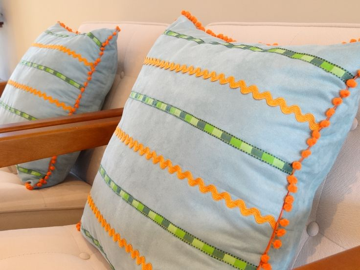 Almofadas 50x50, confeccionadas em tecido suede (ultra macio!) com apliques de fita, sianinha e franja em pompom. Crie sua almofada conosco!!! visite nosso site: http://www.atelieclaudiasantos.com