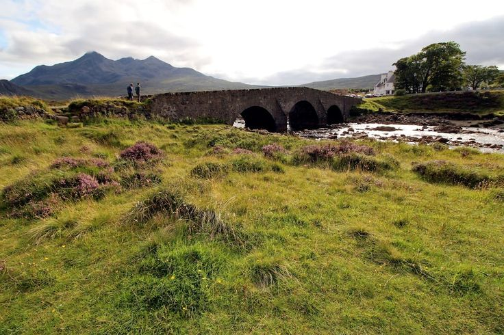 Haus in Sligachan, Vereinigtes Königreich. The Sligachan Lodge is set in a beautiful location in the centre of the Island which makes it ideal for sightseeing. It's also nestled below the Cuillin mountain range, one of the most magnificent sights on Skye.   The Lodge is a large house with ...
