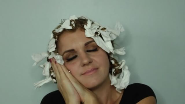 When you wanna give your hair a break from heat and create heartless curls, use TOILET PAPER. Say what!!!!!😂 yes believe it or not it works obviously the curls are not perfect but it's will give you curls to create a any hairstyle, and it even works to give you volume for a messy bun. Make sure though you roll the hair in a spiral direction to give you spiral curls. Also the less hair you wrap the tighter the curl and the more hair you wrap the loser the curl/wave.  #hair #hairdo #topknot…