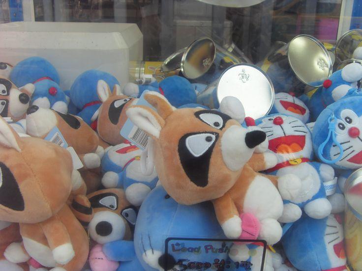 보노보노 ぼのぼの Bonobono racoon and 도라에몽 ドラえもん Doraemon character dolls inside a vending machine