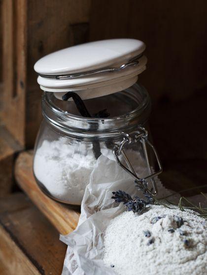 [ Vaniljsocker ] 1 urskrapad vaniljstång / ½ dl socker | Mixa samman socker + vaniljstång tills vaniljen finfördelats. Sila vaniljsockret om där är bitar som inte mixats sönder.