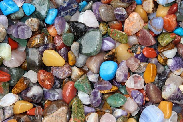 Guérir par les cristaux :La lithothérapie, ou le soin par les pierres, est utilisée partout à travers la planète depuis la nuit des temps.En effet, les