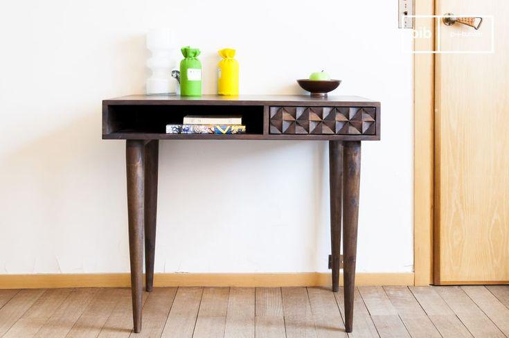 Combinando legno scuro, gambe sottili e un cassetto con motivi geometrici, il tavolo Balkis presenta uno stile vintage.