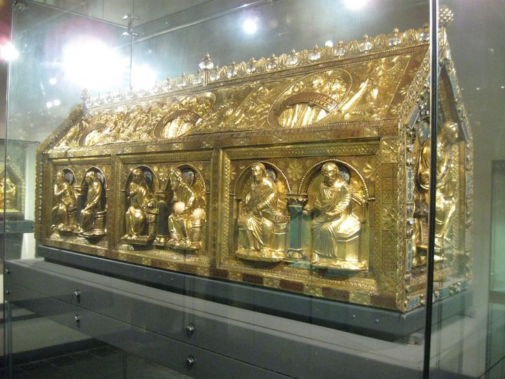 Noodkist van Sint-Servatius / Het schrijn bevat resten van het gebeente van Sint-Servaas En bisschoppen van Tongeren en Maastricht.