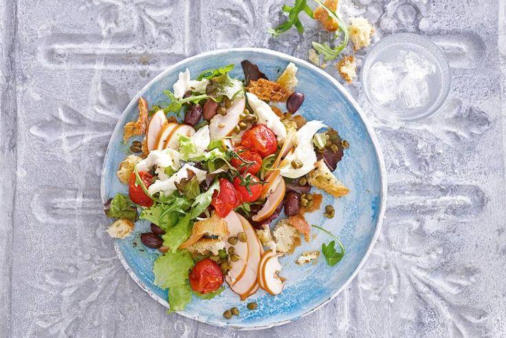 It's lunchtime. Vandaag op het menu: een zomerse salade met romaatjes en zelfgemaakte croutons. - recept - Allerhande