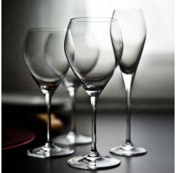 Cristalería de 48 piezas en cristal Sèvres compuesto por: 12 copas de vino tinto, 12 copas de vino blanco, 12 copas de agua y 12 copas de champagne. Las colecciones Toujours suponen una apertura de la legendaria firma Sèvres hacia las nuevas generaciones. Diseños modernos en cristal de primera calidad para un público cada vez más numeroso que opta por utilizar en lugar de reservar.