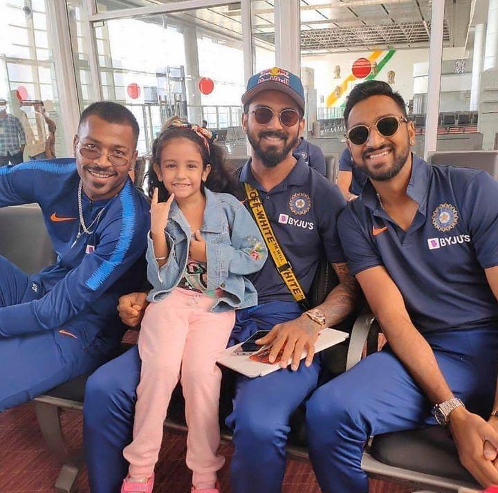 Hardik Pandya Kl Rahul And Krunal Pandya Pose With A Little Team India Fan India Cricket Team Cricket Sport Cricket Teams