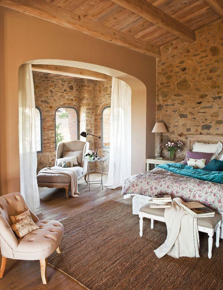 Dormitorio  Cabecero de Dimoni Gros Interiors. Mesilla de Atelier de Melis y alfombra de sisal de Francisco Cumellas. Banqueta y butaca, en ...