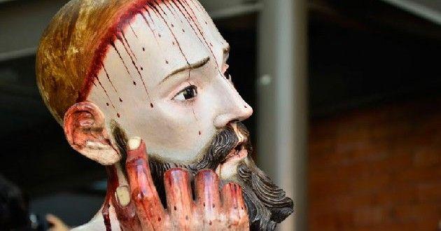Una estatua de Cristo con dientes humanos | revista Arte y Pintura al Dia