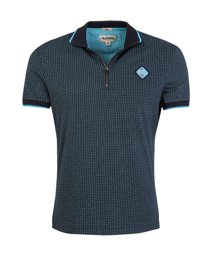 Camiseta de hombre, tipo polo, con perilla corta de cierre, manga corta. Estampado mini print de puntos. Aplique en el frente. Cuello y puños en contraste. Composición Prenda: 100% Algodón.