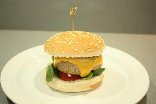 #Hamburger #Cheddar cheese #Mustard #Salad #Tomato Trita scelta di manzo preparata con olio, sale, pepe, 1 uovo e pane grattugiato. Far riposare la carne. Cuocere in padella con un filo di olio e, a fine cottura, aggiungere il formaggio cheddar. Mettere nel pane con senape, pomodoro, insalata e per chi piace una fetta di cetriolo sotto aceto