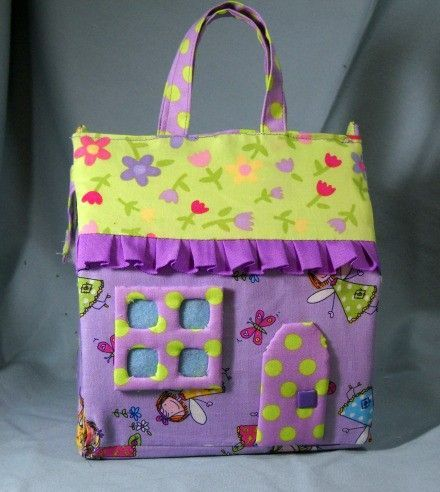 Portable Fabric Doll House. Perfect for barbies. Tutorial here: http://uklassinus.blogspot.com/2008/08/fabric-dollhouse-tutorial.html