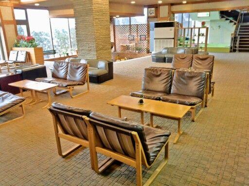 2013年春にロビーのジュウタン変えました。 家具は昔からの天童木工さんのもの