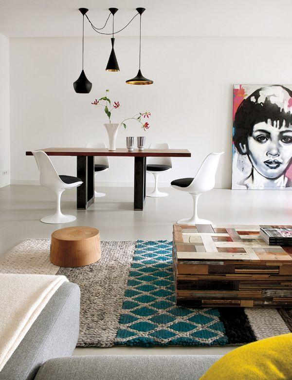 Mesa sustentável feita com tacos e madeiras.