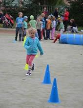 SPORTOVNÍ ABECEDA PRO NEJMENŠÍ    Sportovní všestrannost – běhání, skákání, házení, ale také lezení, plazení, kutálení. Pohybové hry s míči a dalšími pomůckami i bez nich, protahovací a uvolňovací cviky. Aktivity přispívají k celkovému rozvoji motoriky dětí a zdravému tělesnému vývoji v období růstu.