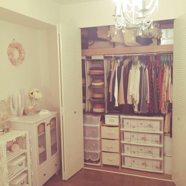 女性で、2LDK、家族住まいの整理収納部/姫部屋/レースが好き♥︎/寝室/salut!/ガーリー…などについてのインテリア実例を紹介。「春に向けてクローゼットを整理。着てない服を断捨離した1日。寝室のクローゼットはほとんど嫁の服でいっぱい。帽子収納は3coins、BAGは突っ張り棒とS字フックで吊り下げ収納に。衣装ケースにはたたんでもシワにならない衣類を収納、ハンガーは選びやすく取り出しやすいように、種類や用途別に色を使い分けてます。」(この写真は 2016-03-14 19:39:28 に共有されました)