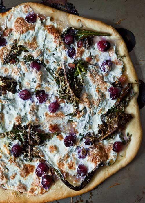 PIZZA DE COL RIZADA, PANCETA Y UVAS (kale, pancetta & grape pizza)
