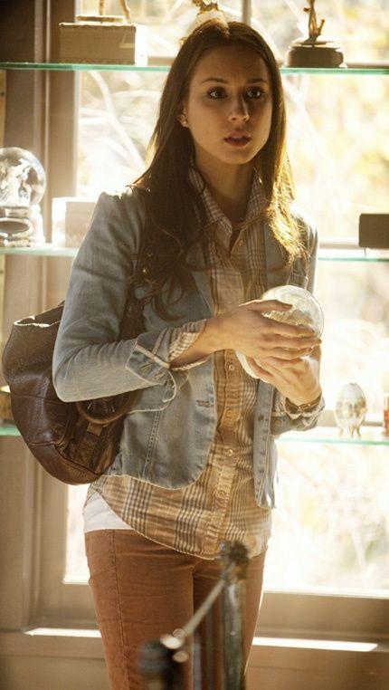 spencer hastings. amo el vestuario de Spencer. Siempre. Aca me copa la camperita de jean con la camisa cuadrille. y como queda con el color del pantalon