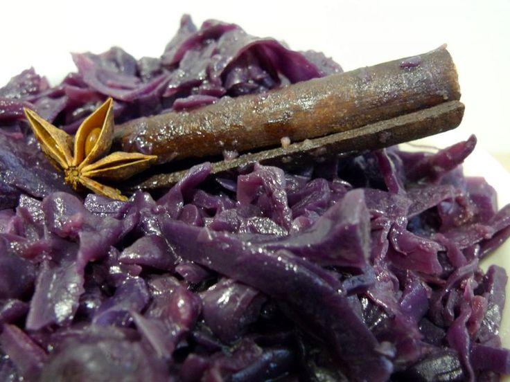 De rode kool wordt gestoofd met uien, appels, rode wijn en specerijen, heel lekker! | http://degezondekok.nl