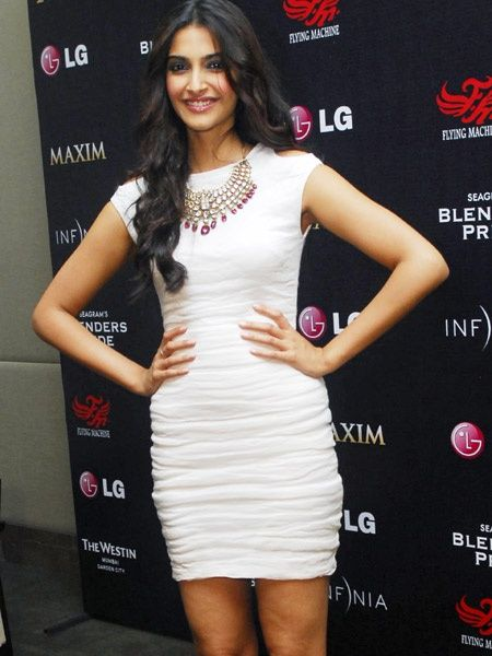 Sonam Kapoor - Fearless Fashionista Sonam Kapoor who's known for her experimental styles, gets it right again! This time, she went with fusing a heavy Kundan necklace with a white short number. We admire Sonam for doing something different and managing to look fabulous each and every time!