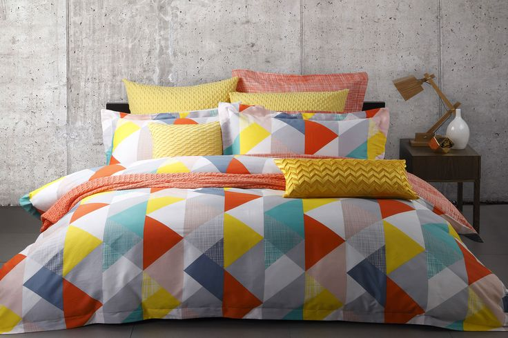 TheLloyd OrangeDuvet CoverSet by Logan and Mason features a bright, bold, geometric pattern withtriangles to capture your imagination and youreye.
