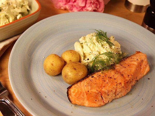 Grillad lax med fänkåls- och blomkålssallad | Recept från Köket.se